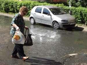 Bătrânii au fost nevoiţi să calce în apa mizerabilă
