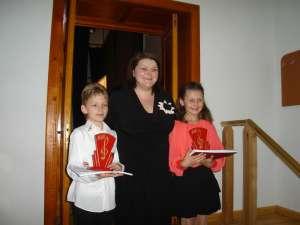 Iulia Maria Marcean şi Dennis Vasile Avram, împreună cu profesoara Adriana Iftimiu