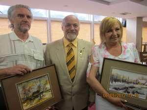 Arcadie Opaiţ, Ioan Bodnar şi Liliana Aghiorghicesei cu lucrările achiziţionate