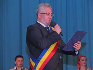 Primarul Ion Lungu va înmâna diploma preşedintelui juriului, Viorel Munteanu