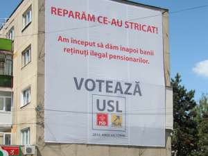 Faţada blocului a fost acoperită aproape în totalitate cu un banner electoral imens