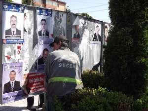 Angajaţii municipalităţii au îndepărtat ieri toate afişele puse de mai multe ori pe aceleaşi panouri
