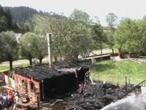 Un puternic incendiu a provocat pagube în două gospodării din comuna Putna