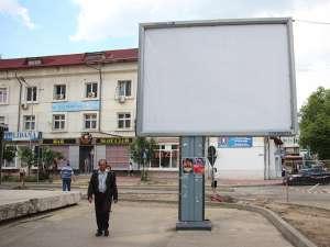 Panourile cu respectivele reclame au fost acoperite cu folii albe