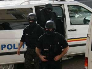 23 din descinderi, astăzi dimineaţă, într-o reţea de contrabandişti coordonată din penitenciar