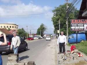 Primarul Sucevei a verificat lucrările de refacere a trotuarelor de pe  strada Gheorghe Doja cu pavele refolosite