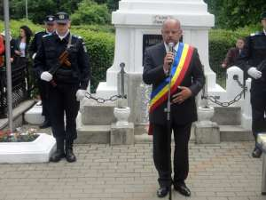Primarul municipiului, Aurel Olărean, rostind o alocuţiune