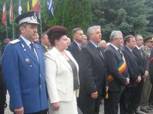 Oficialităţile sucevene, prezente la slujba de pomenire şi parada militară, de Ziua Eroilor