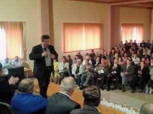 Câteva sute de locuitori ai comunei Cornu Luncii au participat la întâlnirea cu liderul PSD Suceava, Cătălin Nechifor, candidatul USL pentru funcţia de preşedinte al Consiliului Judeţean