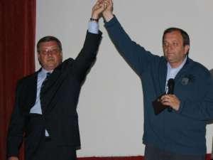 Preşedintele Consiliului Judeţean Suceava, Gheorghe Flutur, şi candidatul PDL pentru Primăria Siret, Vasile Tablan