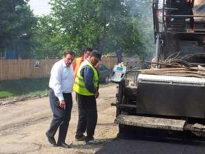 Preşedintele Consiliului Judeţean, Gheorghe Flutur, care candidează pentru un nou mandat din partea PDL, s-a aflat luni în comuna Vultureşti, unde a inspectat lucrările de asfaltare a drumului judeţean 208C