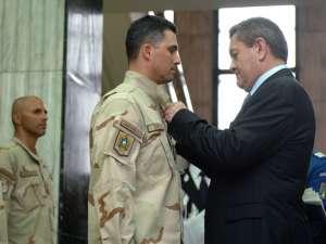 """Maiorul Gabriel Ignia, distins de ministrul Ioan Rus cu """"distincţia de serviciu pentru misiuni în străinătate"""""""