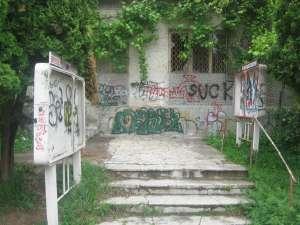 Fostul sediu al Poliţiei Rutiere, acoperit de graffiti şi obscenităţi