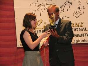 """Câştigătoarea trofeului """"Lira de Aur"""", Loredana Hreceniuc, împreună cu profesorul Sever Dumitrache, directorul Centrului Cultural Bucovina"""