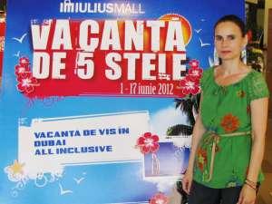 """Premiul cel mare al concursului """"Vacanţă de 5 stele"""", organizat de Iulius Mall Suceava, a fost câştigat de o suceveancă, Maria Albu"""