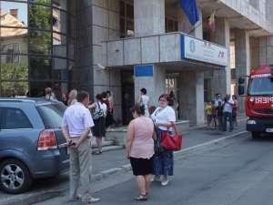 Aproape 200 de salariaţi ai Finanţelor au fost evacuaţi din cauza unui incendiu