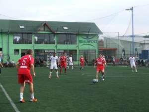 Fotbaliştii de Railex, echipaţi în roşu, au început cu stângul turneul final