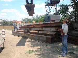 Ziua în amiaza mare, hoţii au dezmembrat un pod de cale ferată de aproape 33 de tone, pe care l-au încărcat în două trailere. Foto: Monitorul de Botoşani
