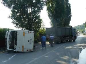 Un autocar cu suceveni care mergeau pe litoral s-a răsturnat la Fălticeni
