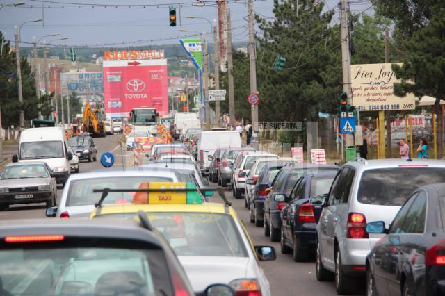 Începând de ieri dimineaţă, circulaţia a fost restricţionată, iar traficul a fost gâtuit pe câte un singur fir pe fiecare sens de mers