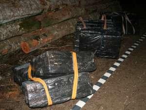De-a lungul celor 13 luni de filaj şi urmărire, poliţiştii au confiscat 81.069 de pachete de ţigări aduse ilegal din Ucraina