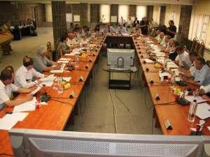 Puterea şi opoziţia s-au contrat încă de la prima şedinţă de Consiliu Local de după constituire