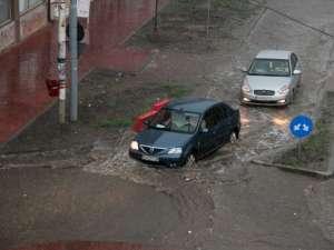 Apa a atins chiar şi 20-30 de centimetri adâncime în anumite locuri