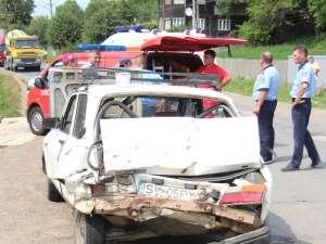 Dacia 1310, contorsionată complet în partea din spate