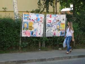 Două panouri electorale au fost uitate în cartierul Obcini