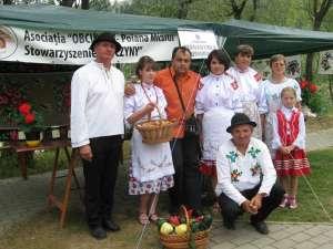 Membrii Asociaţiei Obcinile din Poiana Micului, împreună cu primarul din Mănăstirea Humorului