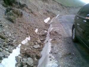 Rocile şi pământul căzut de pe versanţi s-au prăbuşit în rigolele de scurgere