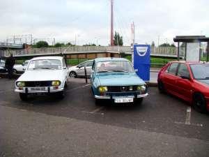 Dacia 1300 a lui Dănuţ Crainiciuc, alături de maşina Renault 12 restaurată de sucevean