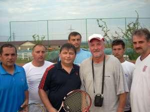 Laureaţii turneului de la Liteni, alături de organizatori şi de profesorul Vasile Pescaru