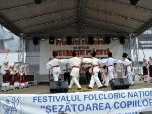 """Festivalul Naţional """"Şezătoarea copiilor"""" a reunit la Fălticeni 300 de copii din cinci judeţe"""