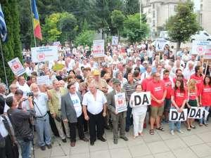Aproape o mie de suceveni au ieşit în stradă, cerând demiterea preşedintelui suspendat