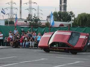 Acrobaţii automobilistice pe două roţi