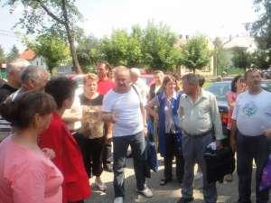 Salariaţii firmei producătoare de mobilă au intrat într-un protest spontan, în spaţiul din faţa intrării în fabrică