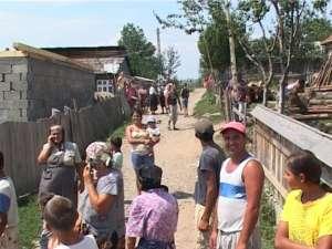 Zeci de săteni s-au adunat ieri pe uliţa pe care sa petrecut crima