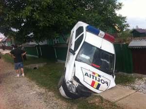 Agentul de la volan a scăpat maşina de sub control şi a izbit violent un podeţ, maşina rămânând suspendată de gardul din apropiere