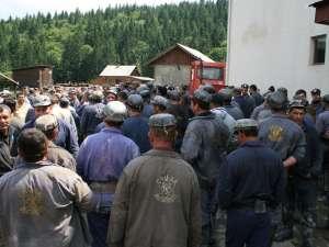 Minerii nemulţumiţi s-au adunat în curtea minei Botuşana