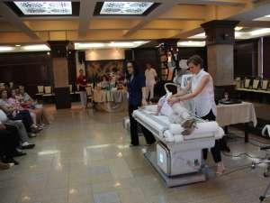 O şedinţă de 30 de minute pe Cellu M6 Endermolab, susţin kinoterapeuţii Endermo Clinic, are efectul a câtorva zeci de şedinţe de masaj manual