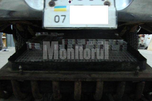 Maşina modificată special pentru transportul ţigărilor a fost reţinută în vederea confiscării, aceeaşi măsură fiind luată şi în cazul ţigărilor
