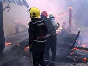 Gospodării distruse de flăcările puse de o femeie care ameninţa de câteva zile că va face o nenorocire
