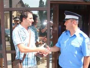 Jandarmul şi tânărul căruia i-a recuperat portofelul