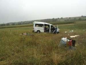Maşina s-a răsturnat în afara drumului, ajungând la aproximativ 15 metri de carosabil