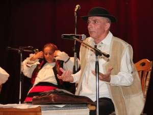 Maestrul Grigore Leşe, prezentând Grupul vocal-instrumental al Diavolului, din Sighetu Marmaţiei
