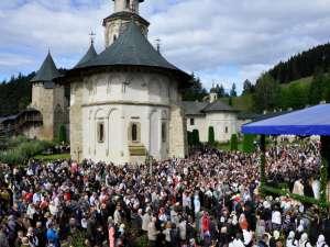 Curtea mănăstirii Putna a fost plină de credincioşi