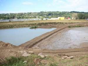 Constructorii au deviat cursul apei pentru a putea consolida digul