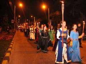 Parada cavalerilor cu făclii deschide seria de manifestări din cadrul Festivalului de Artă Medievală  Suceava