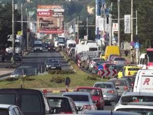 Zile de coşmar în trafic, odată cu blocarea parţială a pasajului CFR şi a podului de la Burdujeni